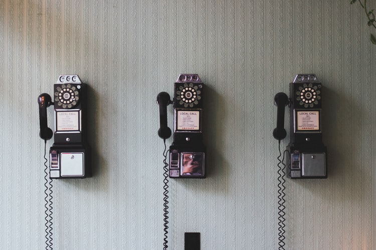 3 [pay telephones